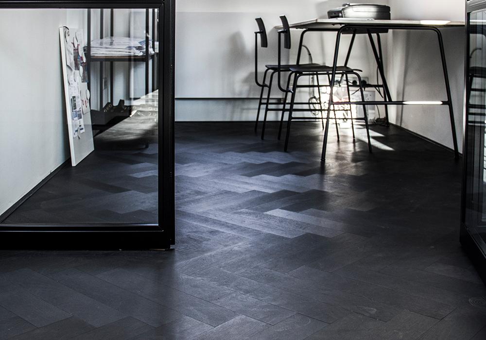 Visgraat vloer intense black t g wood international bv
