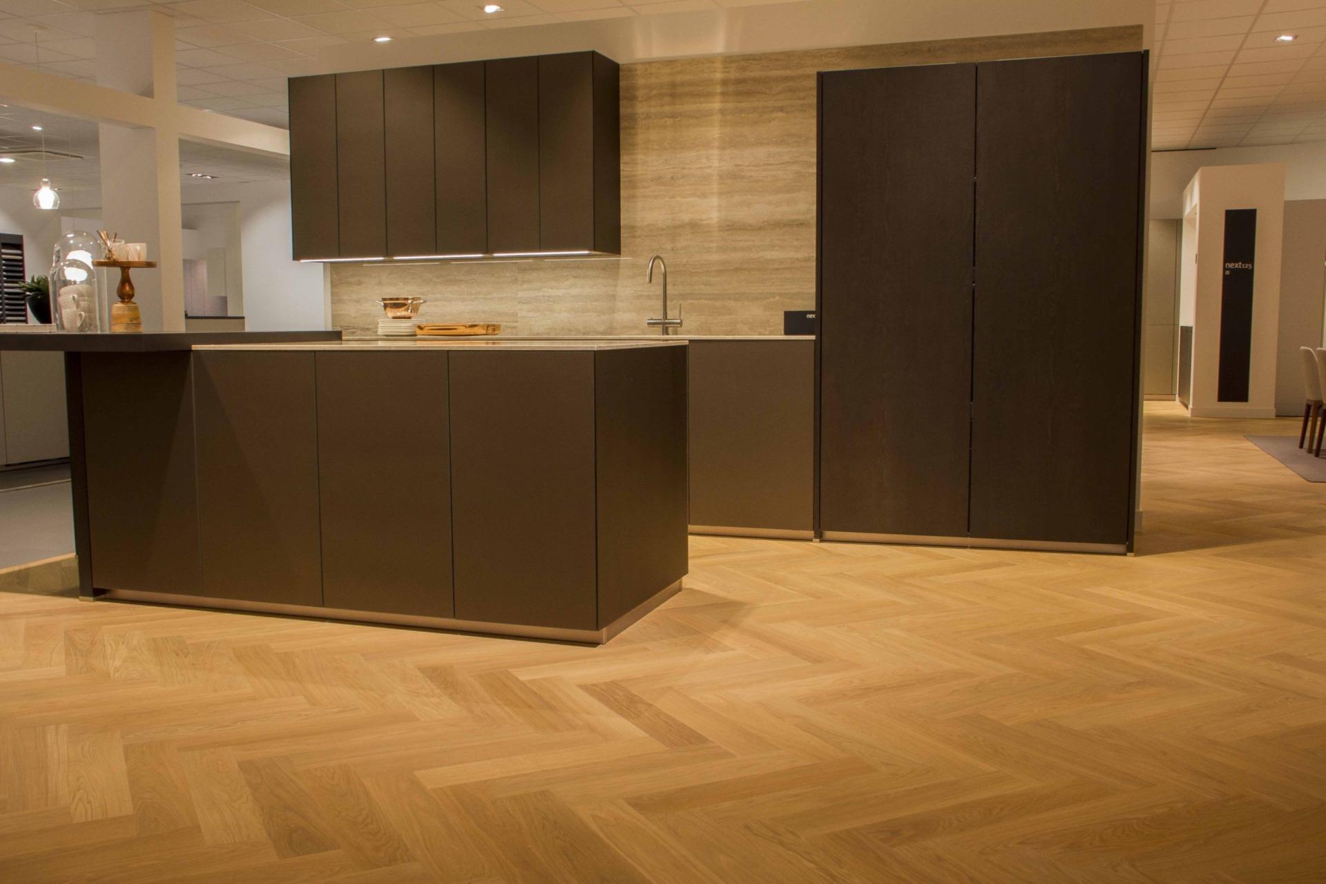 Houten visgraat vloer in keuken_1
